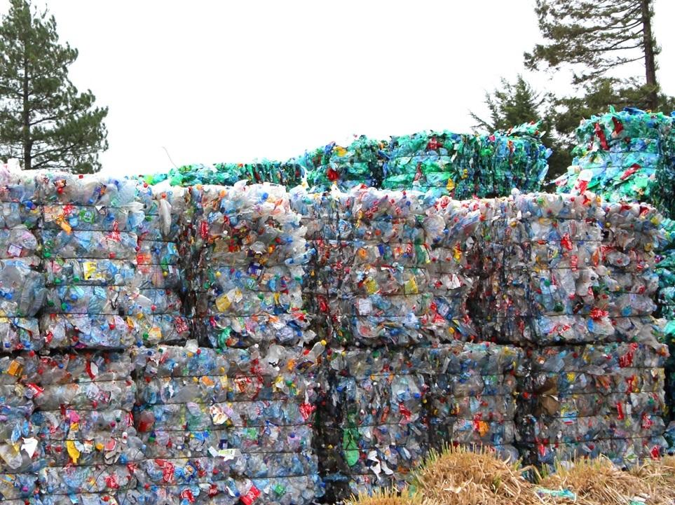 Le parcours d'une bouteille plastique en PET recyclée chez SUEZ en boucle courte.